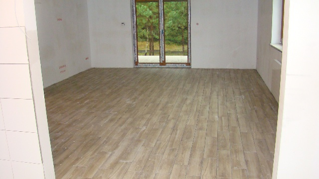Terakota czy drewno – płytki drewnopodobne na podłodze